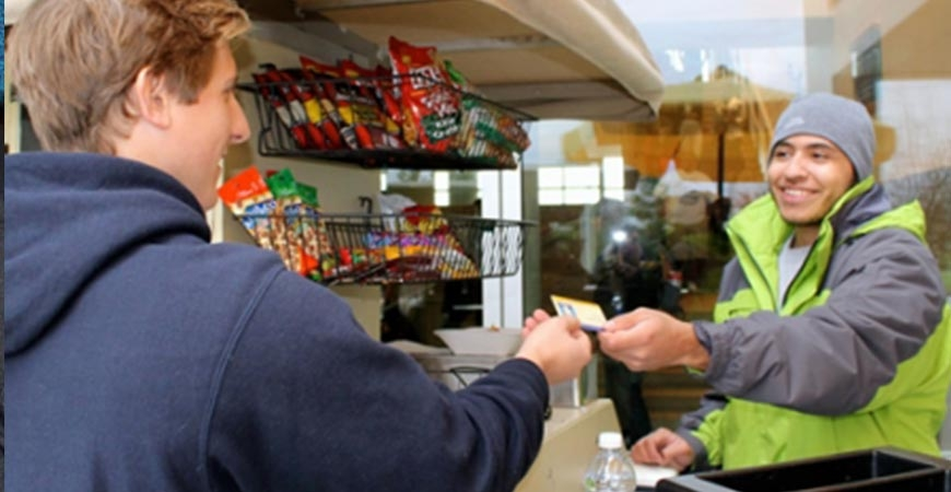 student paying for food with their CatCard at a food vendor